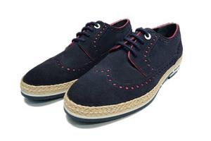 一双布洛克鞋不仅做了撞色还做了草编底