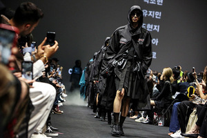 新锐韩国澳门大三巴官网品牌D-ANTIDOTE亮相上海老佛爷百货,《英雄本色》获灵感诠释香港街头风