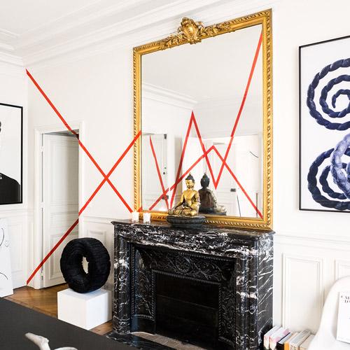 闭上眼,想象你正走到一间神秘的房间。房间的中央有一面镜子,从镜子中除了能看到你之外,还能看到什么呢?