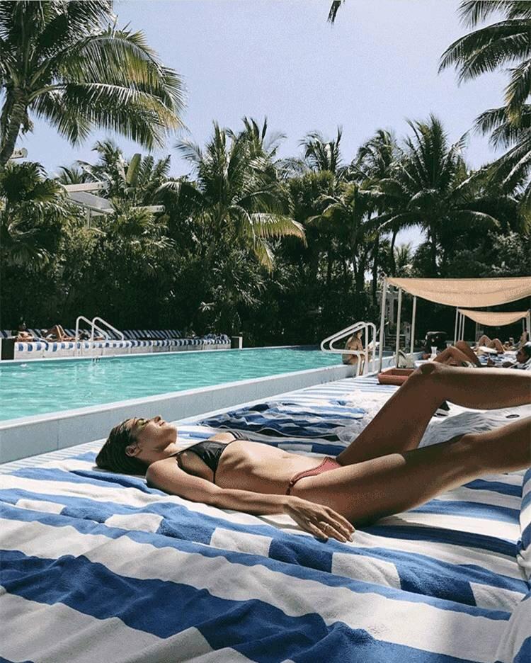 你带闺蜜去参加一个泳池Party,闺蜜以下的哪种行为最让你难堪?