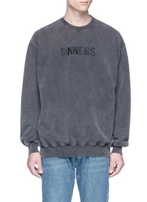 SINNERS英文字刺绣鱼鳞布卫衣