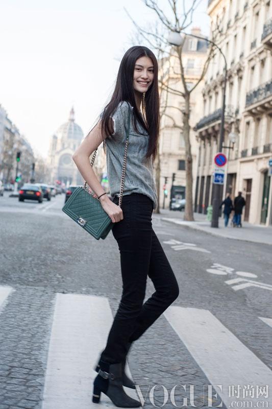 超模何穗巴黎街拍:迷人又亲切