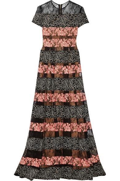 刺绣绢网和蕾丝礼服