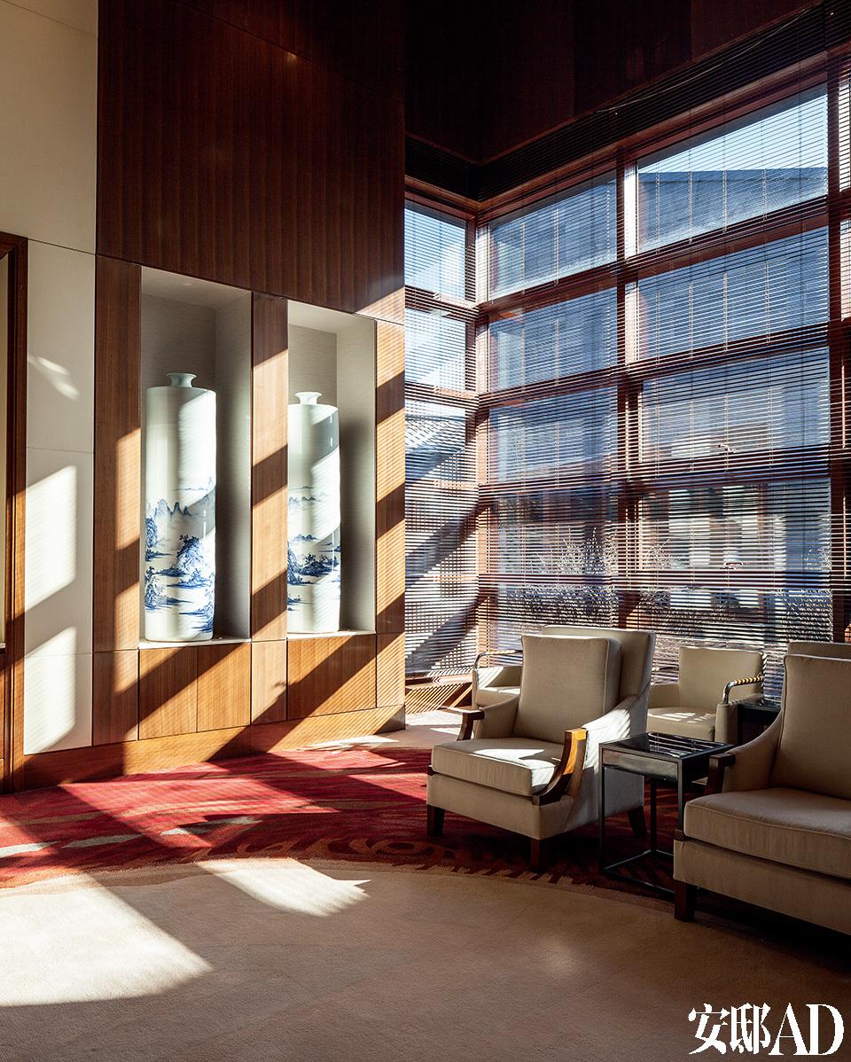 温红色调搭配木条,木质天花板