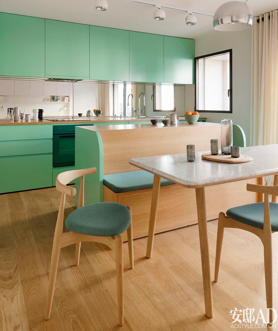 岛台化身沙发座椅 岛台兼顾卡座功能,令厨房与餐厅连接得更紧密