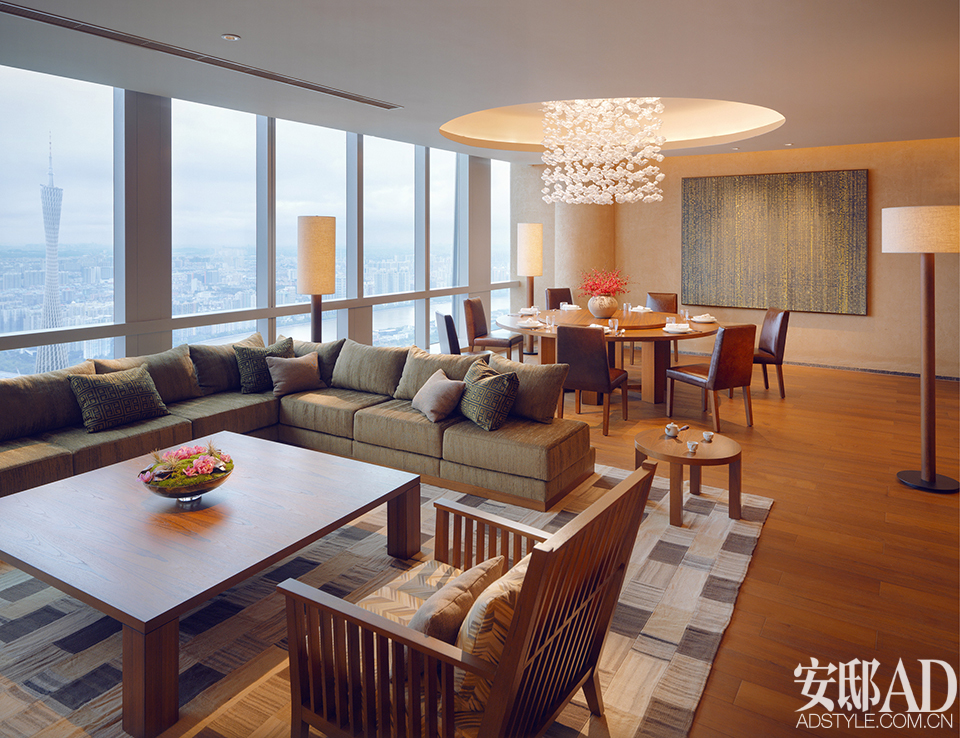 "potato打造的室内设计以""奢适并序,简雅之间""为理念,大量运用岭南建筑"