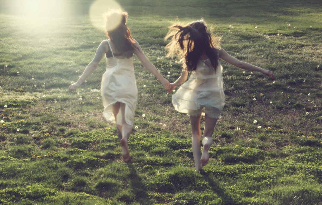 双子座女生机灵聪明,又很善于表达自己的想法,水瓶座女生遇到这样的