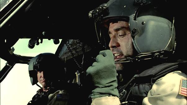 在战争中除了无人机,战斗机、轰炸机、运输机、武装直升机什么的死亡概率都是相当高的。《黑鹰坠落》可以代表这一系列电影中武装直升机陨落的方式,有被狙击枪或RPG击中油箱的;有因为驾驶员技术流问题而螺旋桨损伤撞大楼的;还有作战人员在离开过程中出意外的,包括被丧尸追赶或掉下绳梯。荒野求生的主持人贝尔之前是一名特战队员,从部队调到地方媒体的原因就是从绳梯上掉下负重伤。对了,就是由于直升机的承重能力有限,《卢旺达大饭店》中那种难民不能一次性运走的情况也是时有发生。至于飞行员舒克那种光环型人物我们不做讨论。