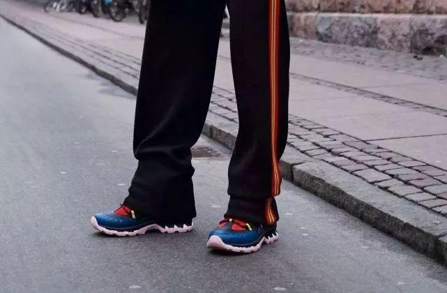 爸爸问我为什么穿着他的鞋出门