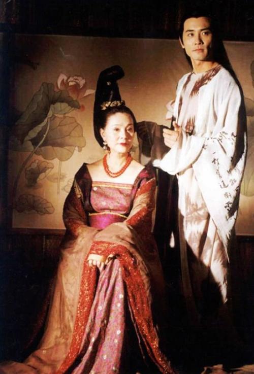 【星话题】扮女皇哪家强?不同女星演绎的16位