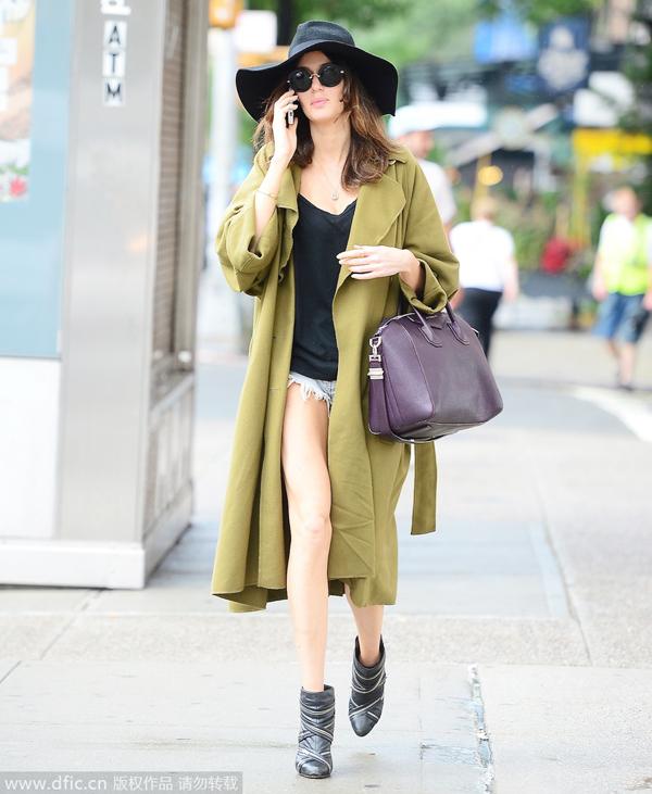 黄大衣搭配绿色短裤_军绿风衣+短裤_风格示范_潮流服饰频道_VOGUE时尚网