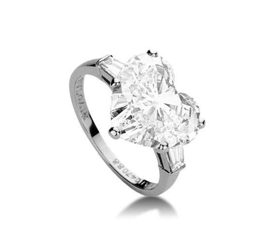 "Lady Gaga 五、 浪漫心形 心形是所有钻石形状中最浪漫的一种,它的比例,正好能够将钻石的光芒展现得恰到好处,不耀眼夺目,却感性又梦幻。心形钻的款式来源于古印度,它是作为最接近圆形,最具爱情象征符号的钻石。每个完美的心形都拥有174个切面,外形以对称得两个翼瓣、正中的凹槽和底部的尖角组成,形状饱满。心形钻石是对爱情的极致表达,切割工艺复杂,因此比较少见。 [[img data-tag=""imgshare"" data-sUrl=""http://www."