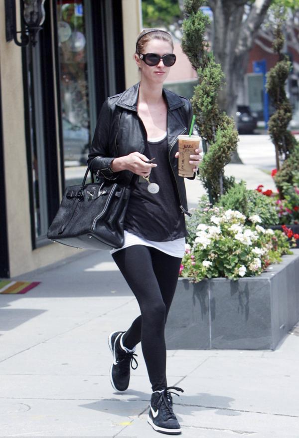 用皮夹克和大牌包搭配运动鞋