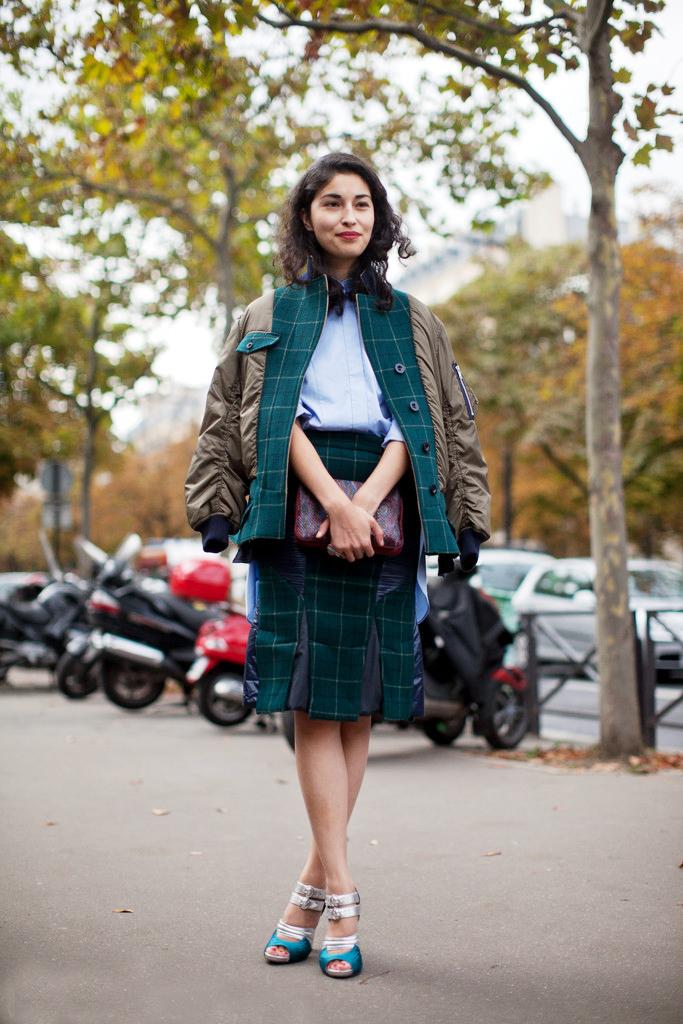 绿色格纹拼接羽绒棒球外套搭配同样材质的及膝裙