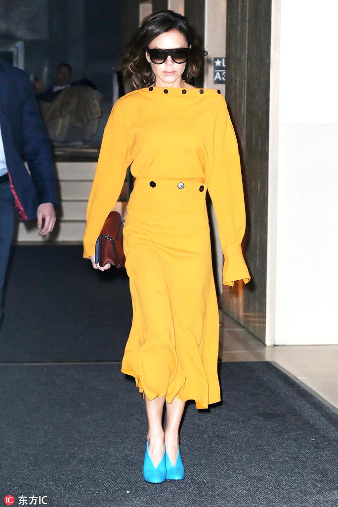 时髦的女人出门都不背包了,只拿手包