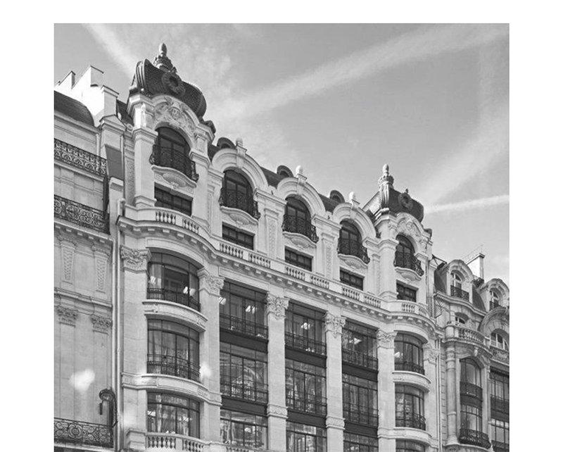 三宅一生,华伦天奴,伊夫・圣罗兰等均师出该校),法国巴黎高等艺术设计
