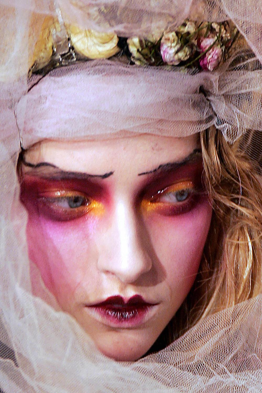 哥特人、鬼娃新娘、小丑杀手和僵尸:20 个万圣节秀台最佳美妆