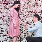 范冰冰穿着JIMMY CHOO经典款ROMY接受男友李晨求婚