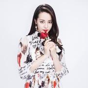 迪丽热巴受Dolce&Gabbana杜嘉班纳邀请启程米兰2018春夏系列时装秀