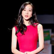 韩雪身着 Loro Piana 18春夏系列红色连衣裙参加《青春同学会》节目录制