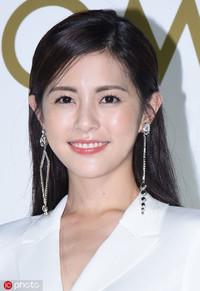 版权图片来源于东方ic  2.脸部线条较为圆润的任容萱,戴上垂坠式的耳环后修饰了很多,也更增添了女人味。