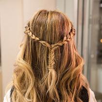 6步完成麻花辫混搭公主卷 甜美指数直线上升