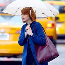 明星街拍:雨中的曼妙身姿