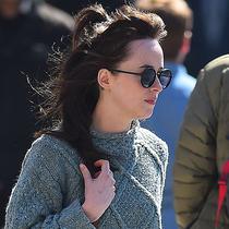 《五十度灰》女主角达科塔•约翰逊配搭Roger Vivier现身纽约街头