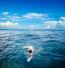告别干涩感 夏日泳池海边玩水不伤发
