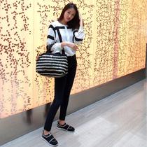 夏日出游最佳选择 PRADA黑白条纹编织手袋