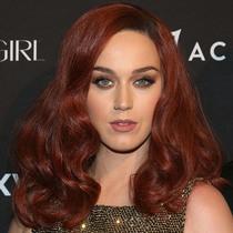 以为她们染了彩虹发?其实都是假发的功劳