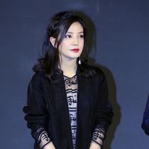 精湛演技挑战全新角色 赵薇佩戴积家约会系列新款腕表 出席《三人行》定档发布会