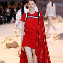 #Suzy巴黎时装周:Moncler Gamme Rouge和Miu Miu向我们展示不同视角