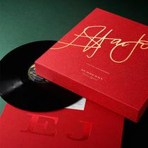 Burberry携手Elton John爵士发行限量版黑胶唱片套装礼盒