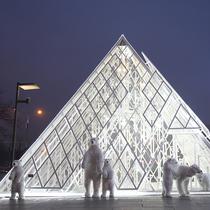 卢浮宫惊现老佛爷百货 北极熊开心玩转奇幻圣诞  圣诞优惠全店满千减百