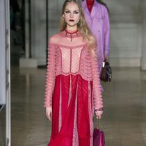 Suzy巴黎时装周:Valentino – 我们都是浪漫主义者
