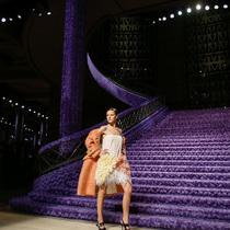 Suzy巴黎时装:Miu Miu的紫色狂潮;Moncler的加拿大之秋