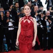朱丽安·摩尔 (Julianne Moore) 身着Givenchy Haute Couture 出席第70届戛纳电影节 (Cannes Film Festival)