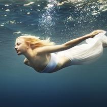 夏日度假想做美人鱼?你需要这些防水妆容的打造攻略