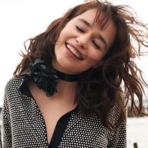 Emilia Clarke:荧幕王者 诙谐真我