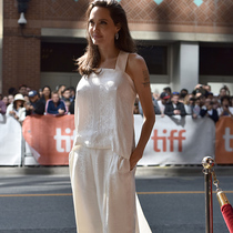 安吉丽娜 · 朱莉 (Angelina Jolie) 身着 Givenchy 出席电影《养家之人》(The Breadwinner) 多伦多国际电影节首映礼