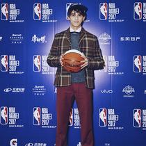 吴磊(Wu Lei)穿着 VALENTINO 2017 秋冬系列男士套装现身上海 NBA 球迷日