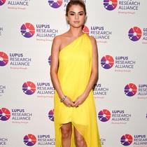 著名演员、歌手Selena Gomez 身着CALVIN KLEIN BY APPOINTMENT 出席红斑狼疮慈善晚宴