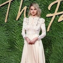 Selena Gomez如何打造Fashion Awards颁奖礼红毯造型-本周最佳着装/最差着装