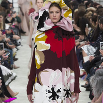 #SuzyPFW: At Valentino, Romanticism Means Strength, Not Fragility-Suzy Menkes专栏