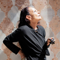 "Michèle Lamy新作?#24052;?#23612;斯双年展""装置抛出强势问话-时尚圈"