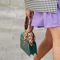 把法式絲巾系在包包上,再也不用擔心撞包了!-時尚街拍