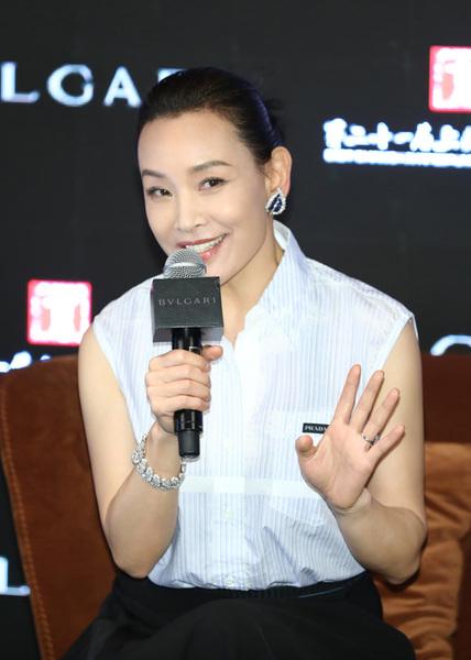 杜鹃和李洪携众星身着Prada亮相第二十一届上海电影节