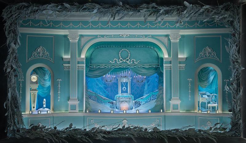 今年,位于纽约第五大道上的蒂芙尼旗舰店圣诞橱窗以19世纪小型剧院为