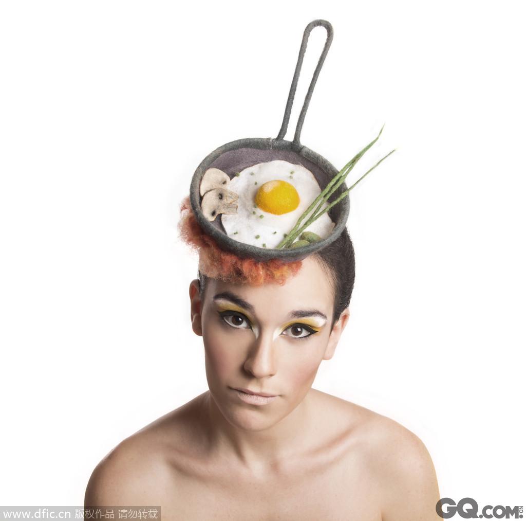 他把沙拉,寿司,鱼,冰淇淋,甚至派和马卡龙等各种好吃的做成精美帽饰